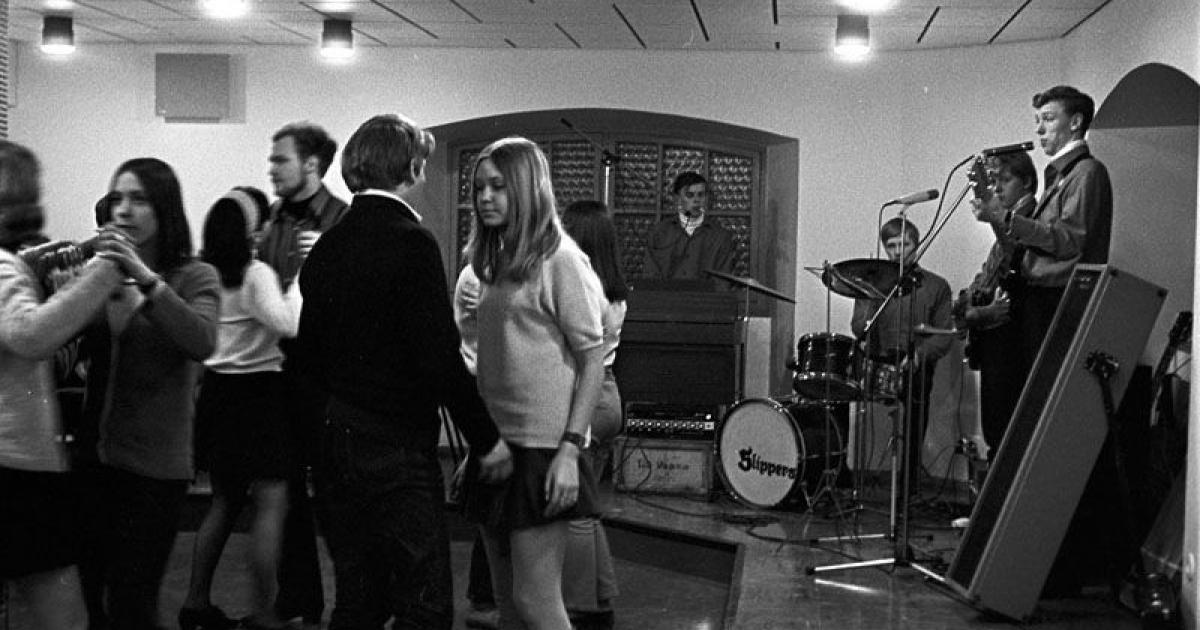 Dans till orkestern Saku and the Slipper på ungdomslokalen Keltsu i Vasa på 1960-talet. Fotograf: Rafael Olin. SLS/Rafael Olins samling (ÖTA 112)