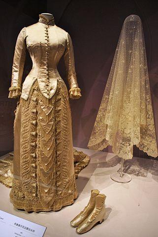 Clara Matthews bröllopsklänning skapad av C.F. Worth 1879, Wikipedia/Elise.rolle