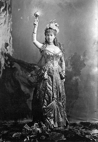 Alice Wanderbilt i kreationen Elektriskt ljus av C.F. Worth, Wikipedia/Jose Maria Mora