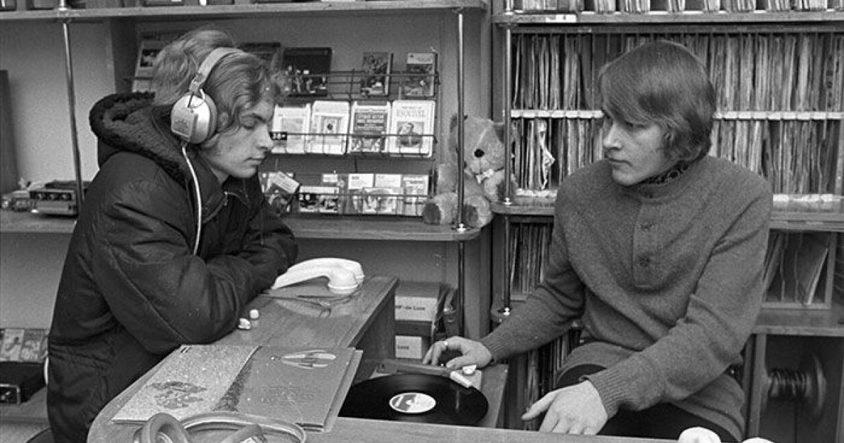 Lördagen den 23 januari 1971 besökte den här kunden Lindroos skivaffär i Vasa för att lyssna på musik. Foto: Rafael Olin (SLS arkiv, ÖTA 112)